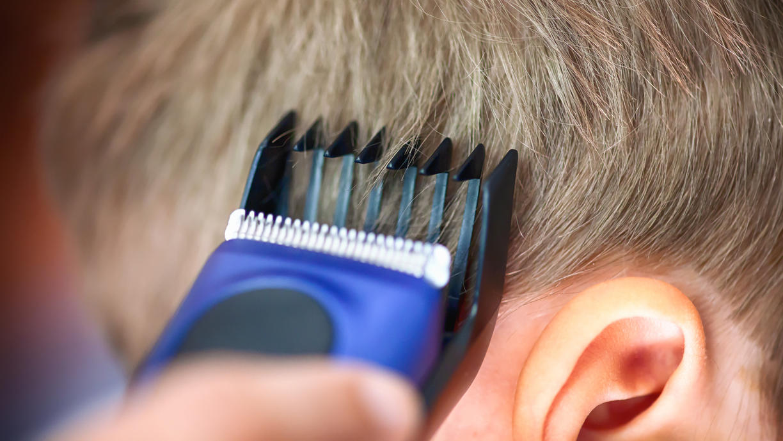 Haare selber schneiden und färben: Darauf sollten Sie