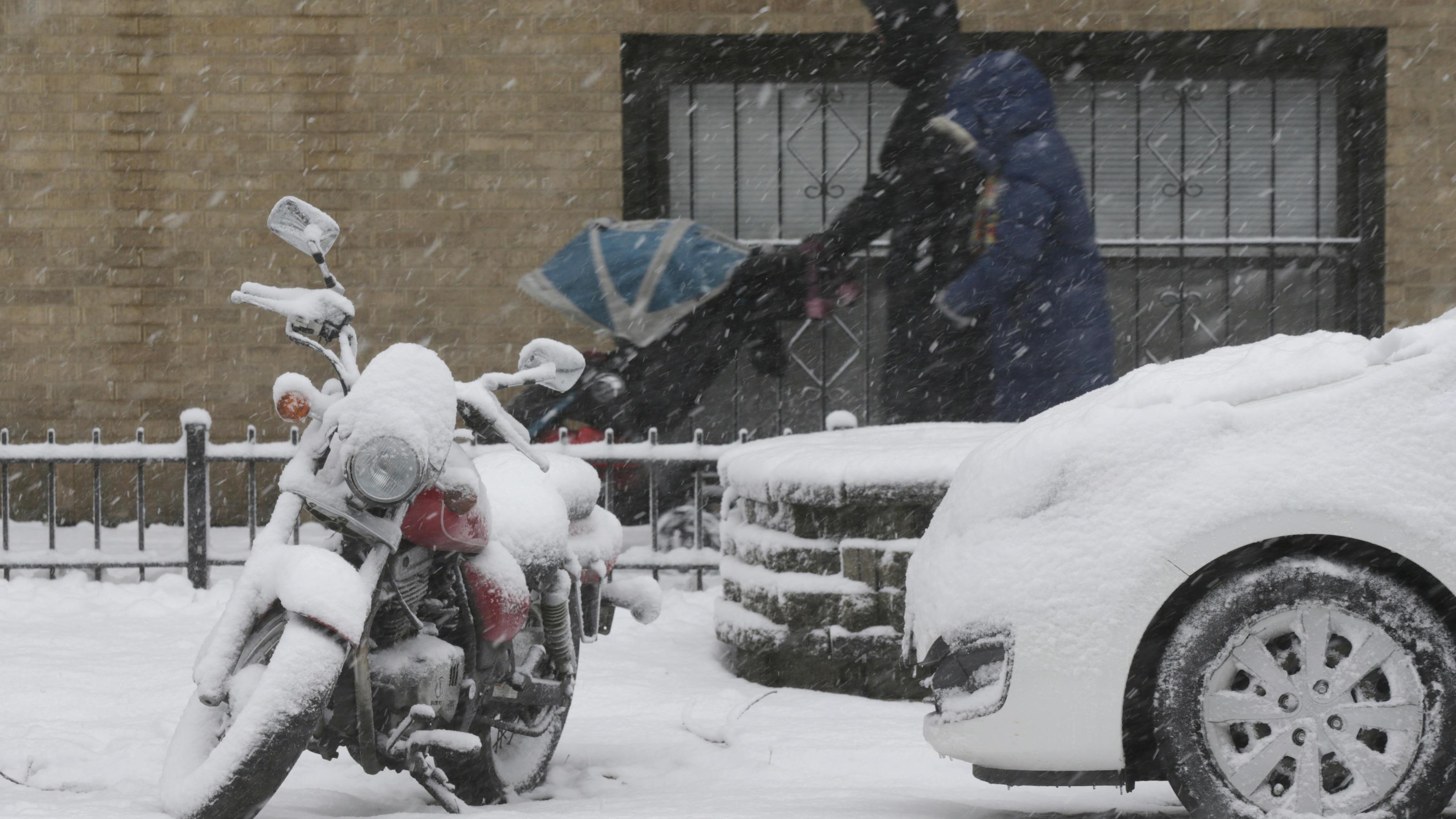 Wintereinbruch in den USA: Schneechaos in Chicago legt Flugverkehr ...