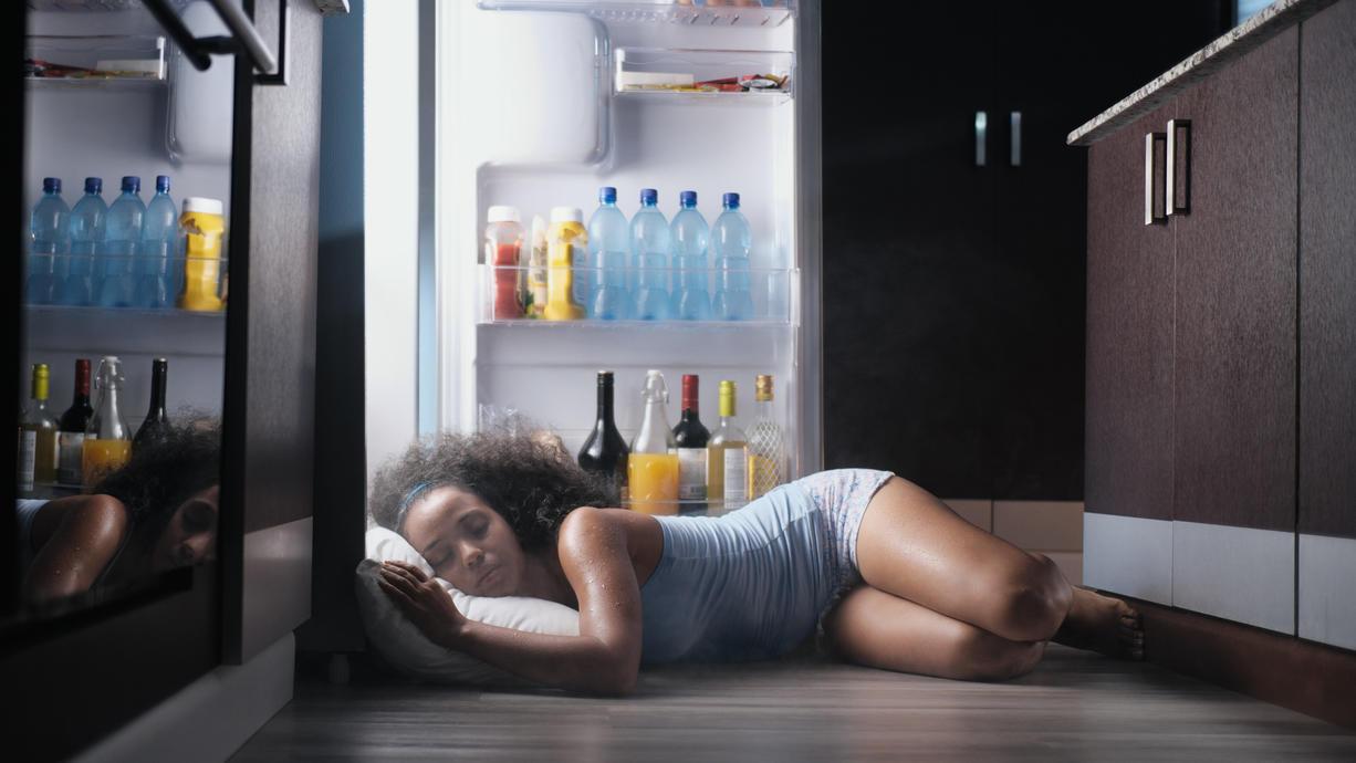 Schlafen statt schwitzen: Wir haben verschiedene Methoden gegen die Ruhelosigkeit in heißen Sommernächten getestet.