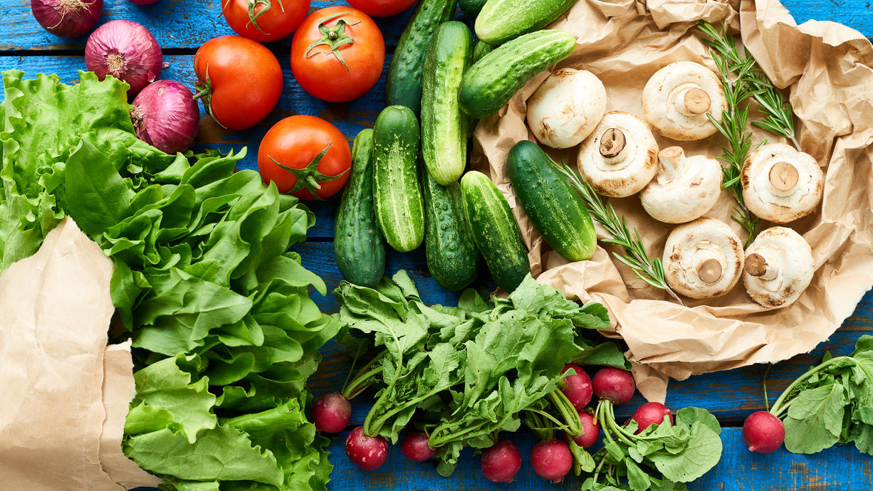 """Wir verraten, welches Obst und Gemüse gerade Saison hat und was es überhaupt heißt, wenn Lebensmittel """"saisonal"""" erhältlich sind."""