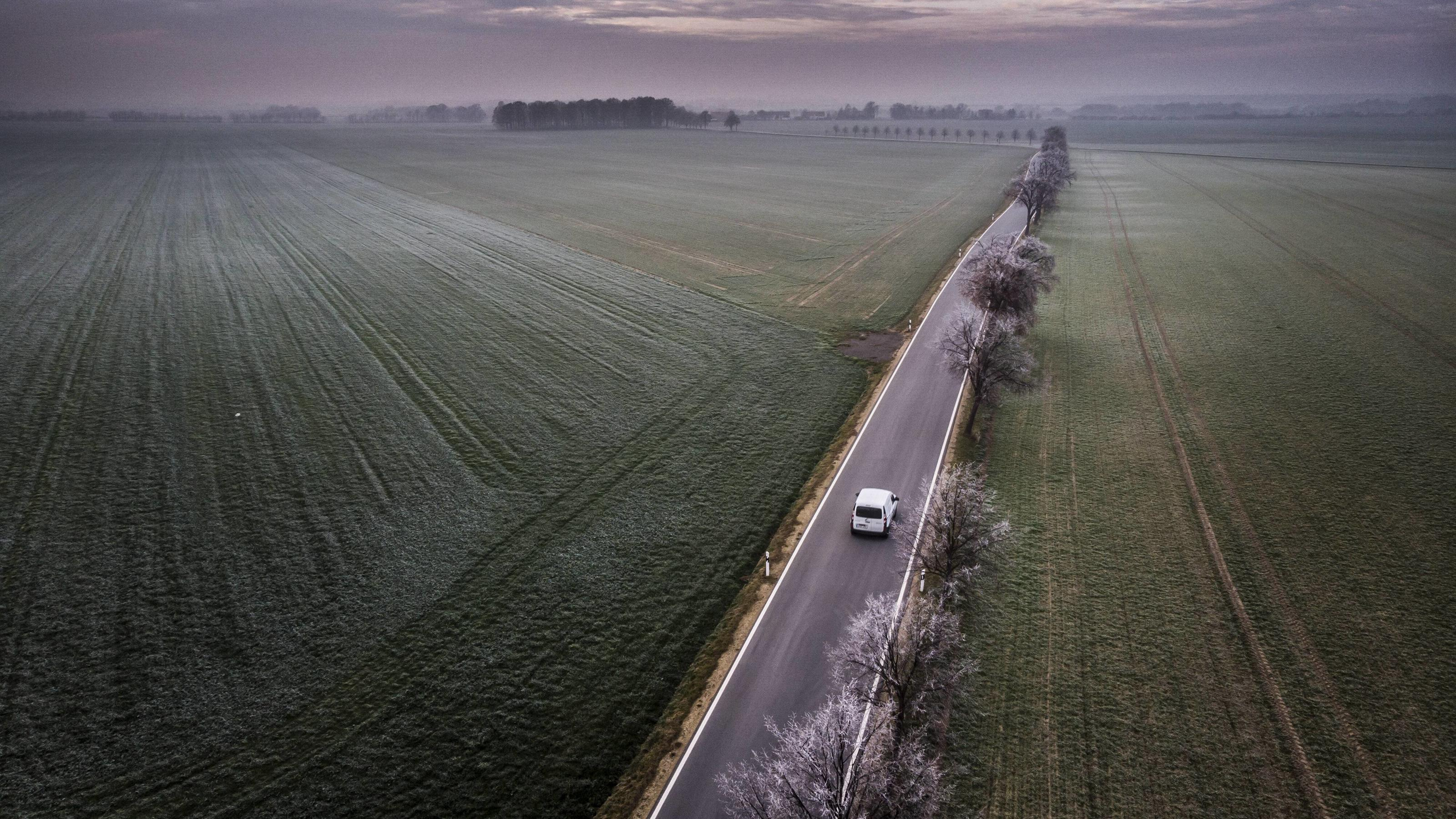 Ein Auto faehrt waehrend Bodenfrost auf einer Landstrasse bei Vierkirchen, 18.11.2018. Vierkirchen Deutschland *** A car driving on a country road near Vierkirchen during ground frost 18 11 2018 Vierkirchen Germany PUBLICATIONxINxGERxSUIxAUTxONLY Co