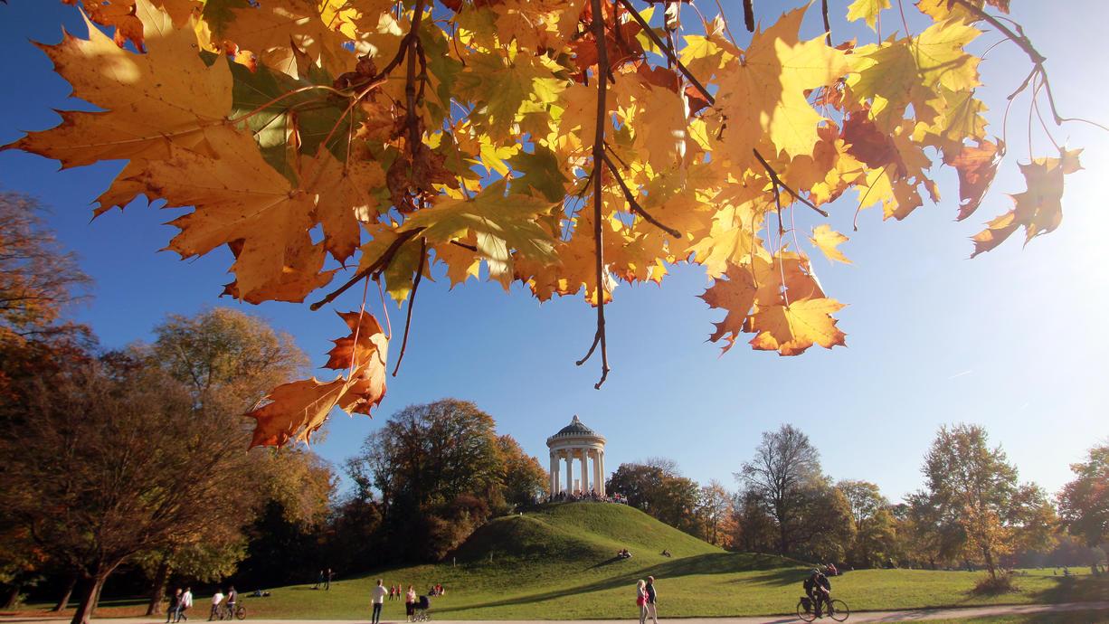 Erst kriegen wir ein paar Tage Altweibersommer zum Herbstanfang geschenkt, dann zeigt sich der Oktober längere Zeit golden. Doch ab Mitte Oktober stürzt der Herbst direkt in den Winter ab. Schnee und Frost erscheinen in den Prognosen.
