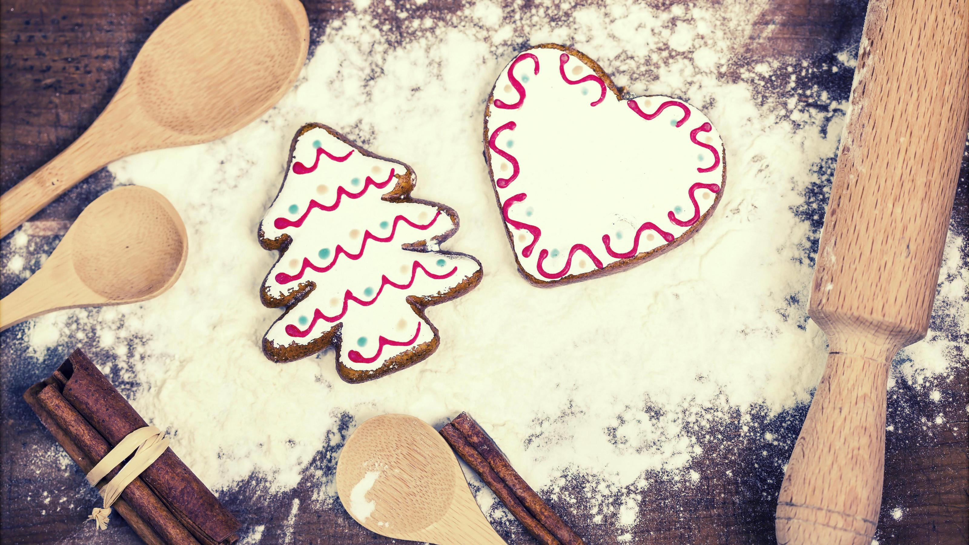 Gingerbread cookies, spices and flour over wooden cutting board PUBLICATIONxINxGERxSUIxAUTxONLY Copyright: xerika8213x