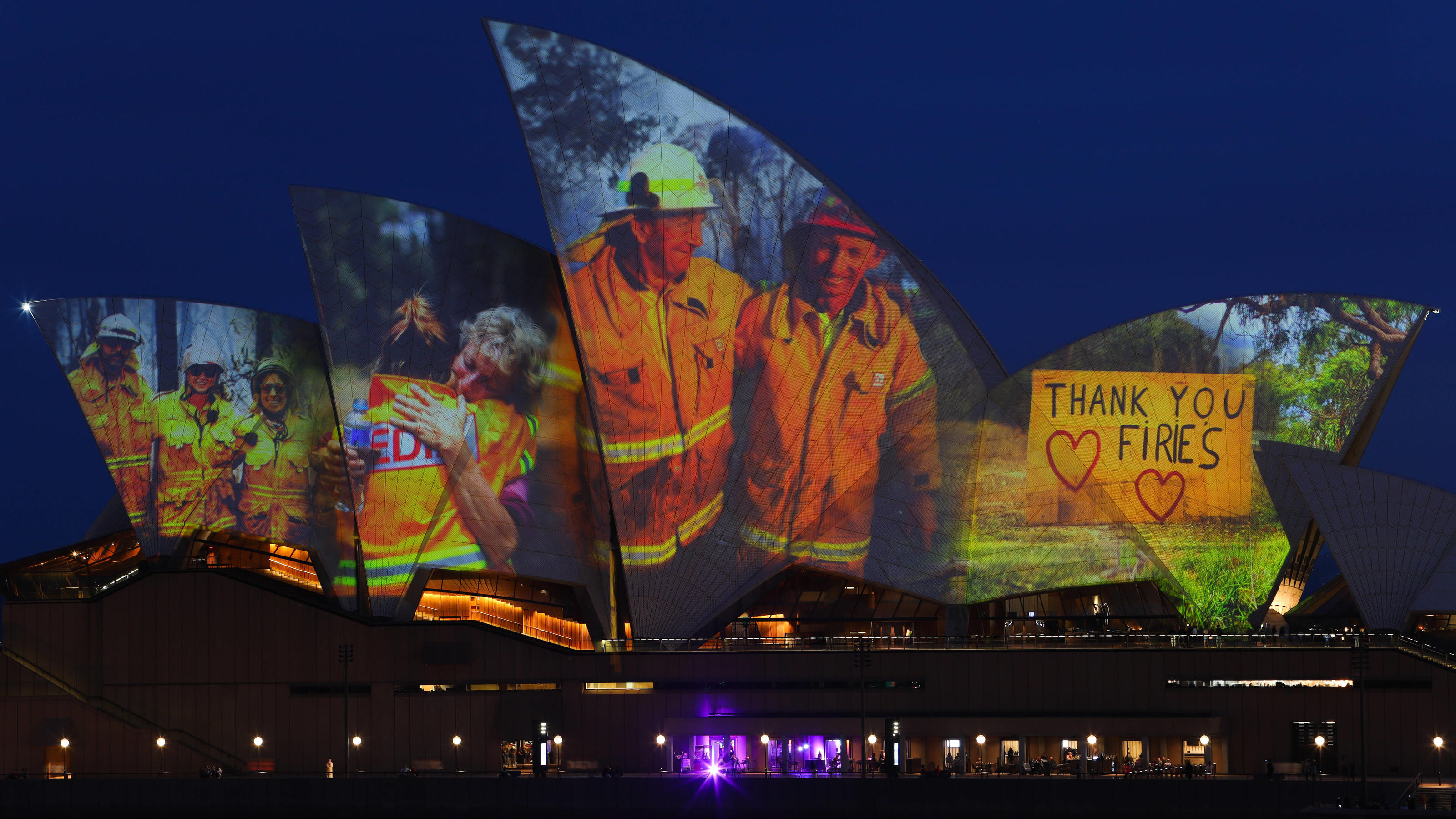 News Bilder des Tages BUSHFIRE SUPPORT SYDNEY OPERA HOUSE, Projections are seen on the sails of the Sydney Opera House in recognition of the communities affected by fires across rural and regional Australia, in Sydney, Saturday, January 11, 2020. Sin