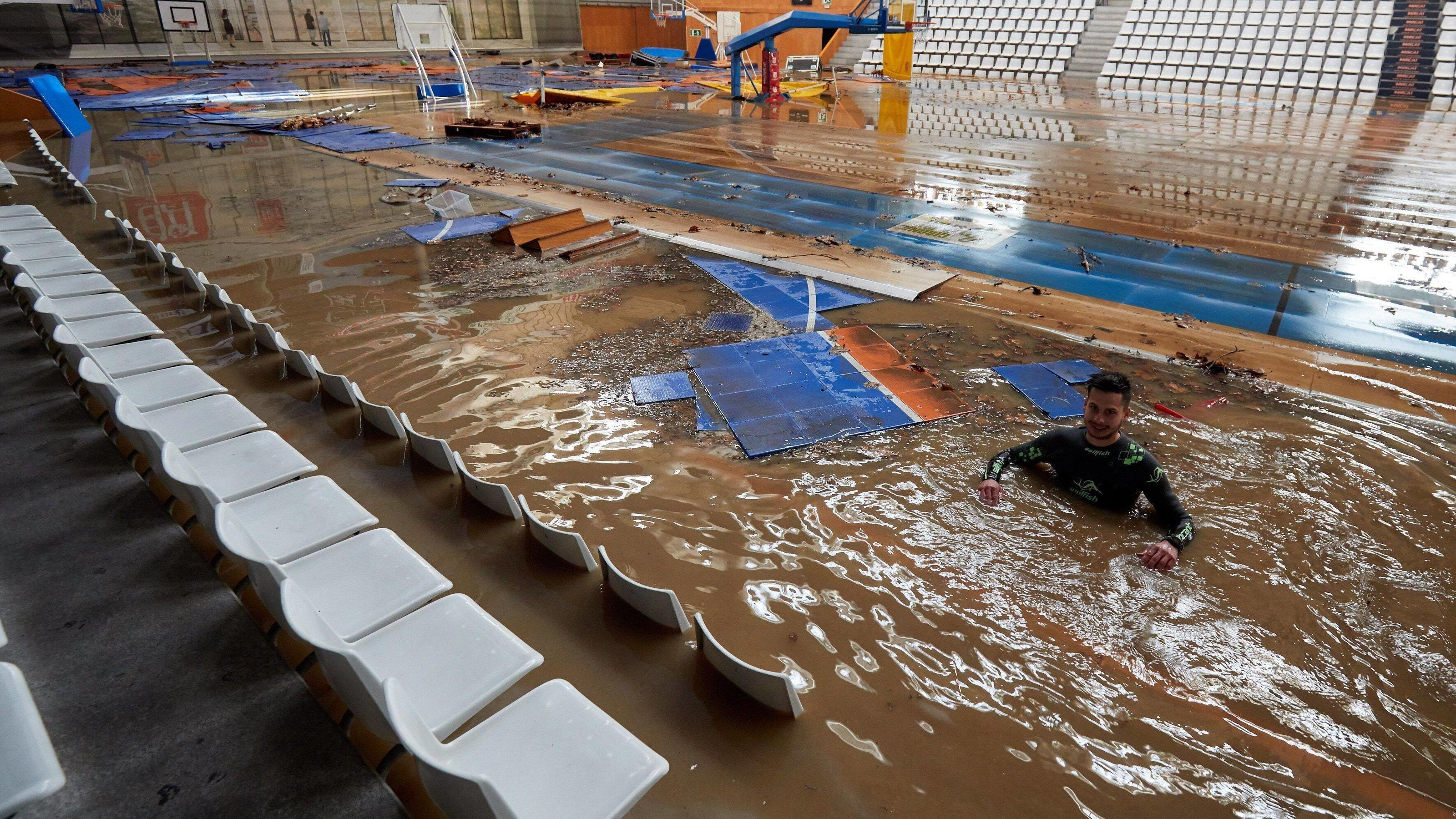 News Bilder des Tages A man works on the recovery works inside a sports complex affected by overflow of the Ter river in Girona, Spain, 23 January 2020, after three days of heavy rain due to storm Gloria. Storm Gloria aftermath ACHTUNG: NUR REDAKTION