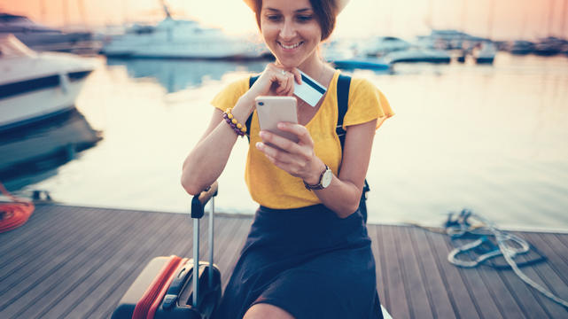 Ob im Urlaub oder geschäftlich: Bei Auslandsreisen gibt es einige Dinge zu beachten. Schon bei der Buchung müssen wir uns entscheiden: Brauchen wir eine teure Reiseversicherung? Was passiert, wenn wir krank werden? Eine Kreditkarte hilft!