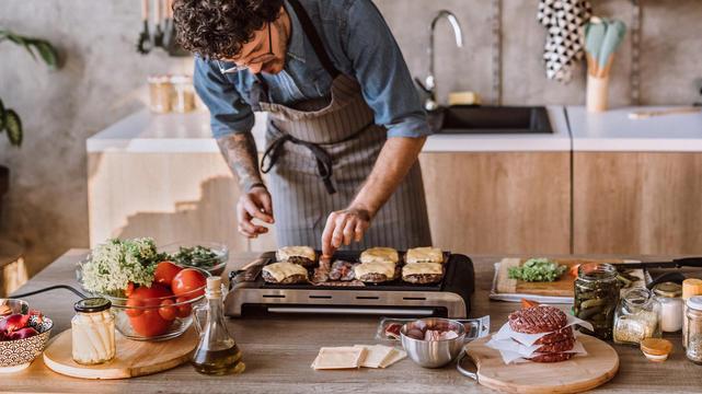 Ob in der Küche oder auf Balkonien: Ein Tischgrill leistet Ihnen das ganze Jahr über treue Dienste. Aber welcher Grill brutzelt Fleisch, Gemüse, Garnelen auch richtig lecker?