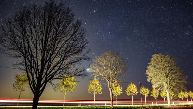 Der warme Frühling lässt etwas auf sich warten. Der Nachthimmel bietet hingegen zwischen den durchziehenden Wolkenfeldern immer mal wieder eine spannende Ansicht. Neben dem Vollmond am 27. April, sind auch die Lyriden zu sehen.