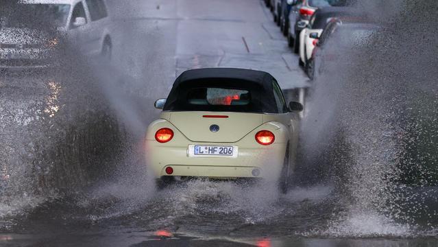 Was ist da bloß los mit unserem Wonnemonat? Der Mai scheint nur noch ein Schatten seiner selbst. Gewitterregen ergießen sich mit Unwettergefahr. Welche Gefahren drohen uns und was müsste passieren, damit es endlich wärmer wird?