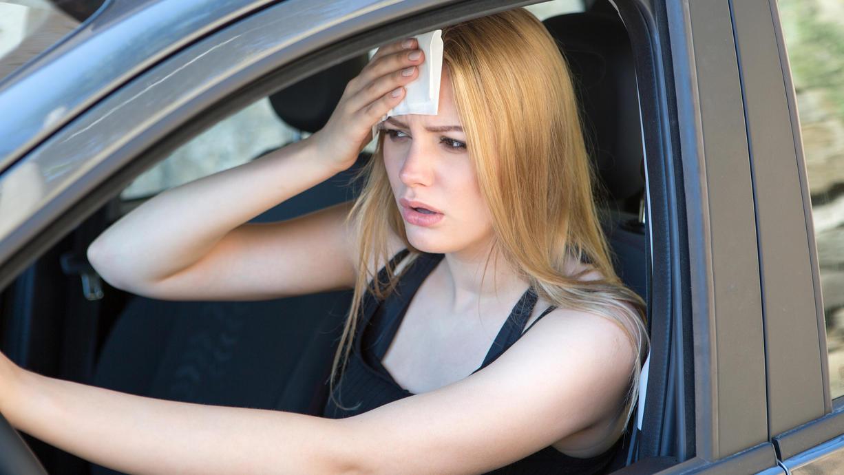 Die Temperaturen klettern im Sommer schnell über 30 Grad - und im Auto kann es unerträglich heiß werden. Wohl dem, der eine Klimaanlage im Wagen hat. Doch wie lässt sich die Gluthitze auch ohne Klimaanlage im Auto aushalten?