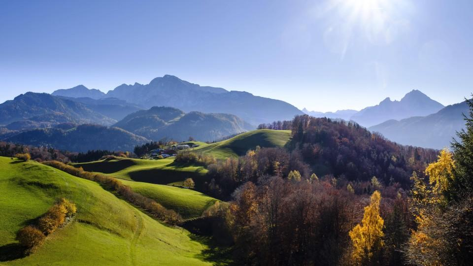 Berglandschaft im Herbst, links Hoher Göll, rechts Watzmann, Berchtesgadener Alpen, Nationalpark Berchtesgaden, Oberbayern, Bayern, Deutschland, Europa *** Mountain landscape in autumn left Hoher Göll right Watzmann Berchtesgadener Alps National Par