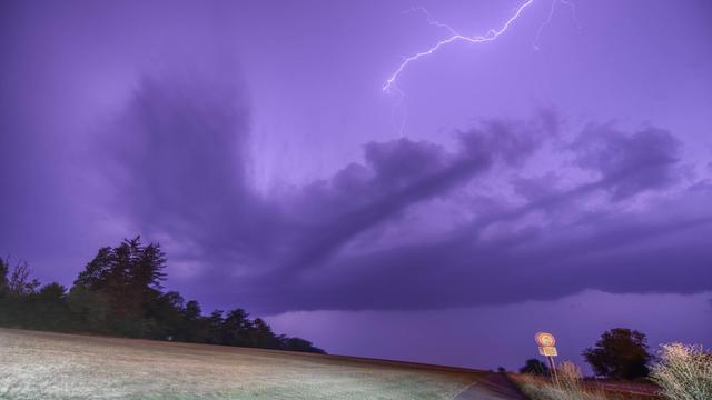 Zum Teil heftige Gewitter beenden den Kurzsommer auch im Osten. Die Unwettergefahr steigt jetzt auch dort an. Aber das ist noch nicht alles. Denn nach den Gewittern setzt ergiebiger Starkregen ein. Über 70 Liter Regen können insgesamt fallen!