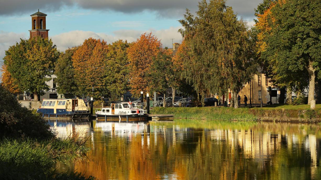 Das Wochenende empfängt uns meist mit ruhigem Herbstwetter. Zeitweise lässt sich auch die Sonne blicken. Für einen Spaziergang sollte es also passen. Gleichzeitig wird es aber auch kühler.