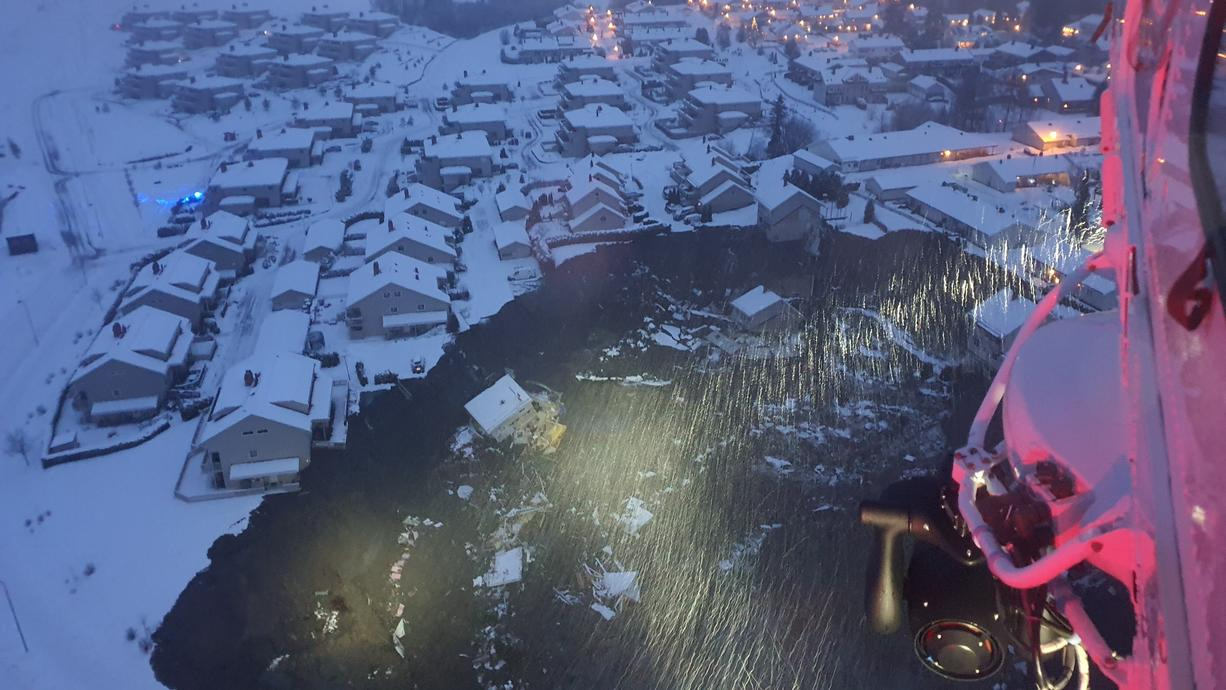 Im norwegischen Askhat ein Erdrutsch am Mittwochmorgenmehrere Häuser mitgerissen. Mindesten zehn Menschen wurden dabei verletzt und mehr als 20 weitere werden noch vermisst.