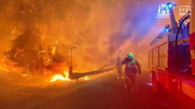 Es wütet erneut im Westen des Kontinents ein außer Kontrolle geratener Waldbrand. Mindestens 59 Häuser seien bislang zerstört worden, heißt es in einem Bericht. Betroffen sind die nördlichen Vororte der Millionenmetropole Perth.