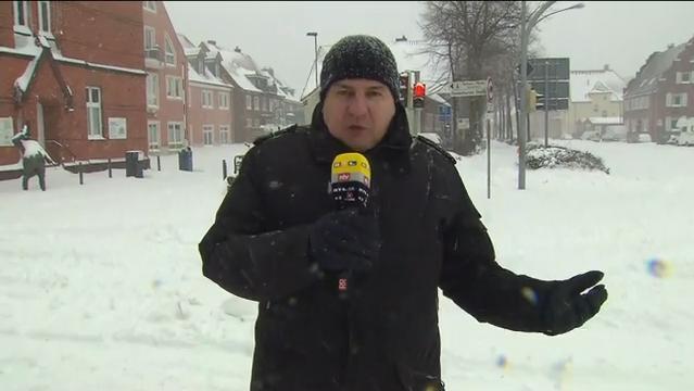 Das Schneechaos hat Deutschland im Griff – verschneite Straßen und Glatteis sorgten für Hunderte Unfälle, die Rettungskräfte sind ununterbrochen im Einsatz.