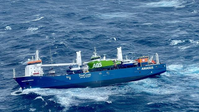 """Ein niederländisches Frachtschiff treibt bei bis zu 15 Meter hohen Wellen im Nordmeer vor Norwegen ohne Besatzung und Antrieb im Wasser. Es besteht weiterhin das Risiko, dass die """"Eemslift Hendrika"""" kentert."""
