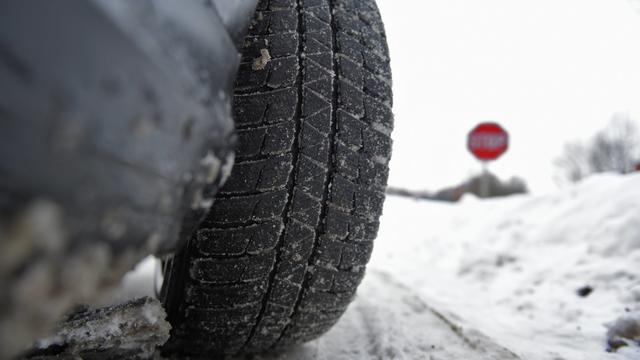 Seit Ostern ist der Winter zurück in Deutschland. Schnee und Eis bedecken die Fahrbahnen. Und das kann ein echtes Problem sein. Denn viele haben schon jetzt die Sommerreifen drauf. Grund dafür ist die bekannte Regel für den Reifenwechsel.