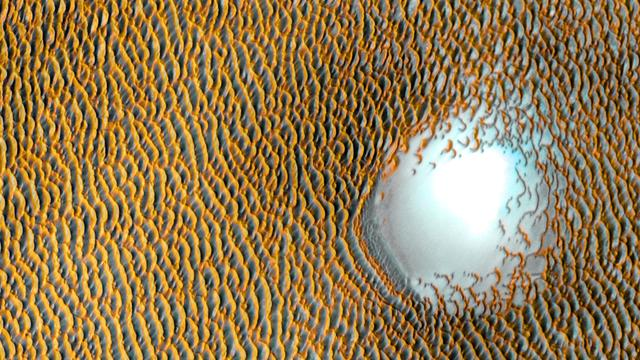 Wir erfahren immer mehr über unseren Nachbarplaneten Mars. So hat die Nasa kürzlich ein Bild von einem Dünenmeer am Nordpol des Roten Planeten veröffentlicht.  Mit dem Bild würdigt die Nasa ein lang währende Mars-Mission.