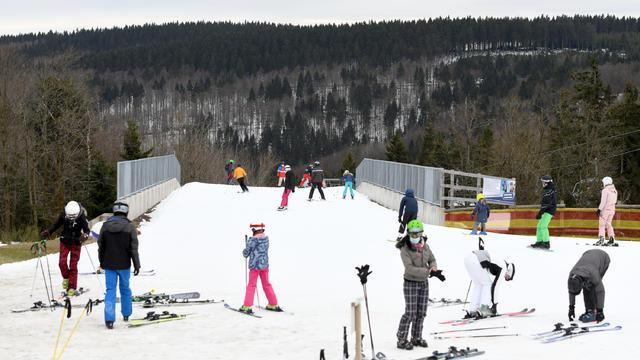 Auf einer dicken Schneedecke fahren sie immer noch Ski. und dass in einem Mittelgebirge. In Winterberg im Sauerland sind noch 13 Lifte in Betrieb. Seit 20 Jahren habe die Saison noch nie so weit in das Frühjahr hineingeragt, hieß es.