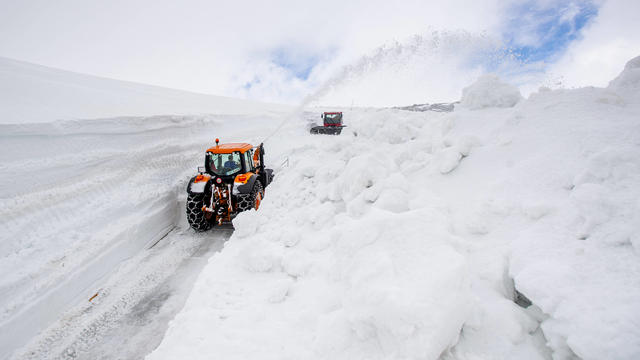 Hier war den ganzen Winter lang kein Durchkommen mehr. Auf dem Weg lagen die Schneemassen monatelang vier bis sechs Meter hoch. Bis jetzt die Schneefräse kam.
