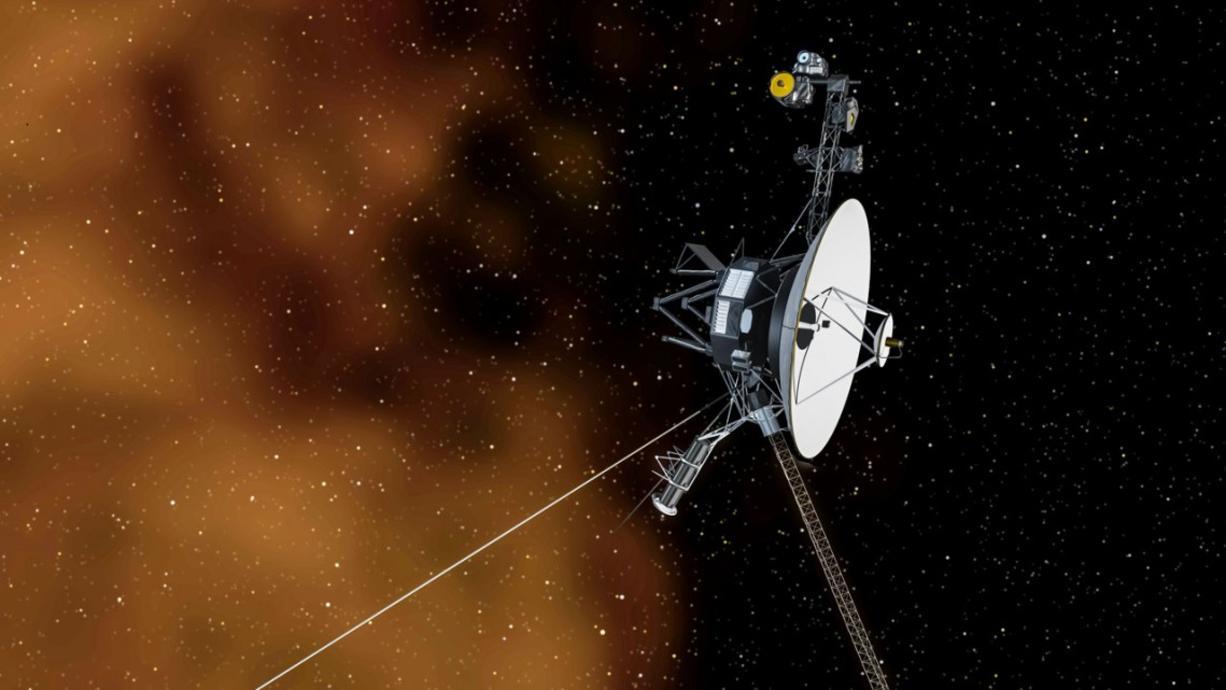 """So weit weg, wie kein menschengemachtes Objekt zuvor hat die Raumsonde Voyager 1 im All ein Summen empfangen. Wissenschaftler vergleichen das monotone Geräusch mit """"sanftem Regen"""". Dieses wird allerdings immer wieder unterbrochen."""