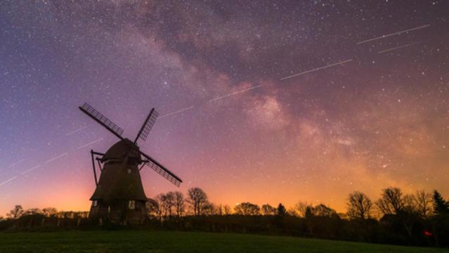 So mancher Beobachter wird sich bereits gewundert haben über die fremdartige Lichterkette am Nachthimmel. Dabei handelt es sich nicht um eine Alien-Armada, die eine Invasion vorbereitet. Es ist ein Projekt von Elon Musk.