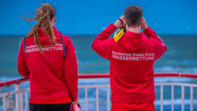 """In diesen Tagen beziehen die ersten Rettungsschwimmer an Nord- und Ostsee ihre Posten. Sie blicken mit Sorgen auf die zweite Badesaison in Corona-Zeiten: """"Wir befürchten für die Sommersaison 2021 deutlich mehr Probleme und Zwischenfälle."""""""