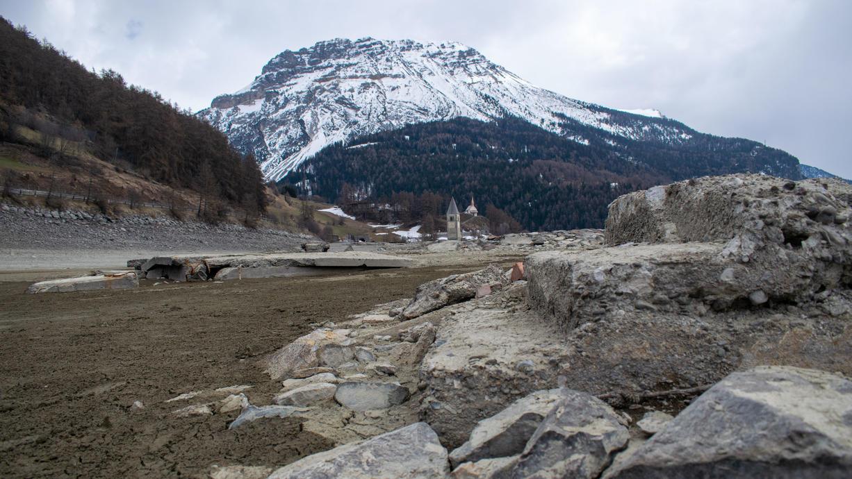 Nach Jahrzehnten taucht in Südtirol ein versunkenes Dorf wieder auf. Der Reschensee wurde wegen Wartungsarbeiten trockengelegt.