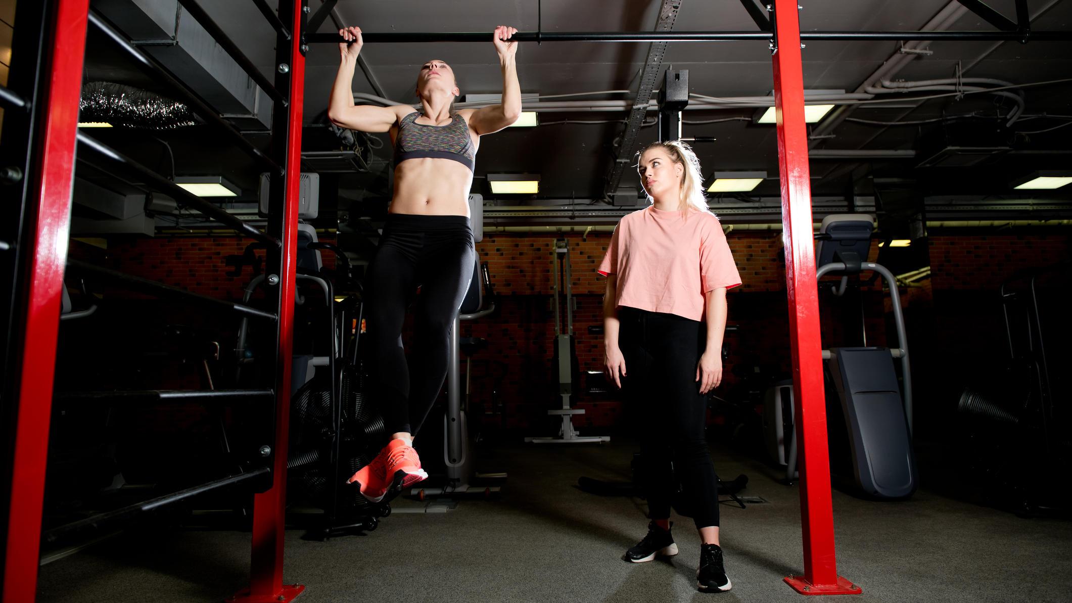 Junge Brünette Fickt Ihren Fitness-Trainer