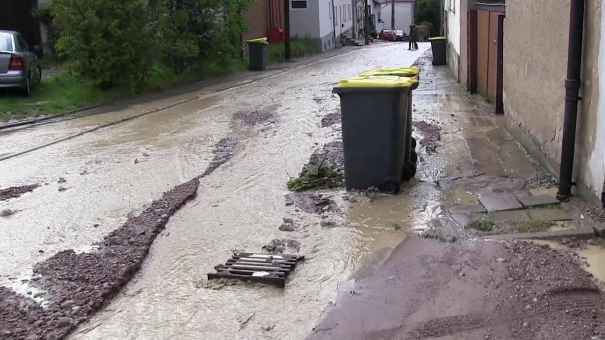 Heftige Gewitter mit Starkregen haben am Donnerstag im Süden und Osten Deutschlands einige Orte jetzt schon zum zweiten Mal innerhalb weniger Tage überflutet.