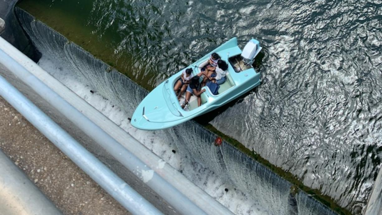 Nicht auszudenken, was alles hätte passieren können:  In einer dramatischen Aktion haben Helfer in Texas vier Menschen gerettet, die mit einem Boot über dem Rand eines Abgrunds hingen.