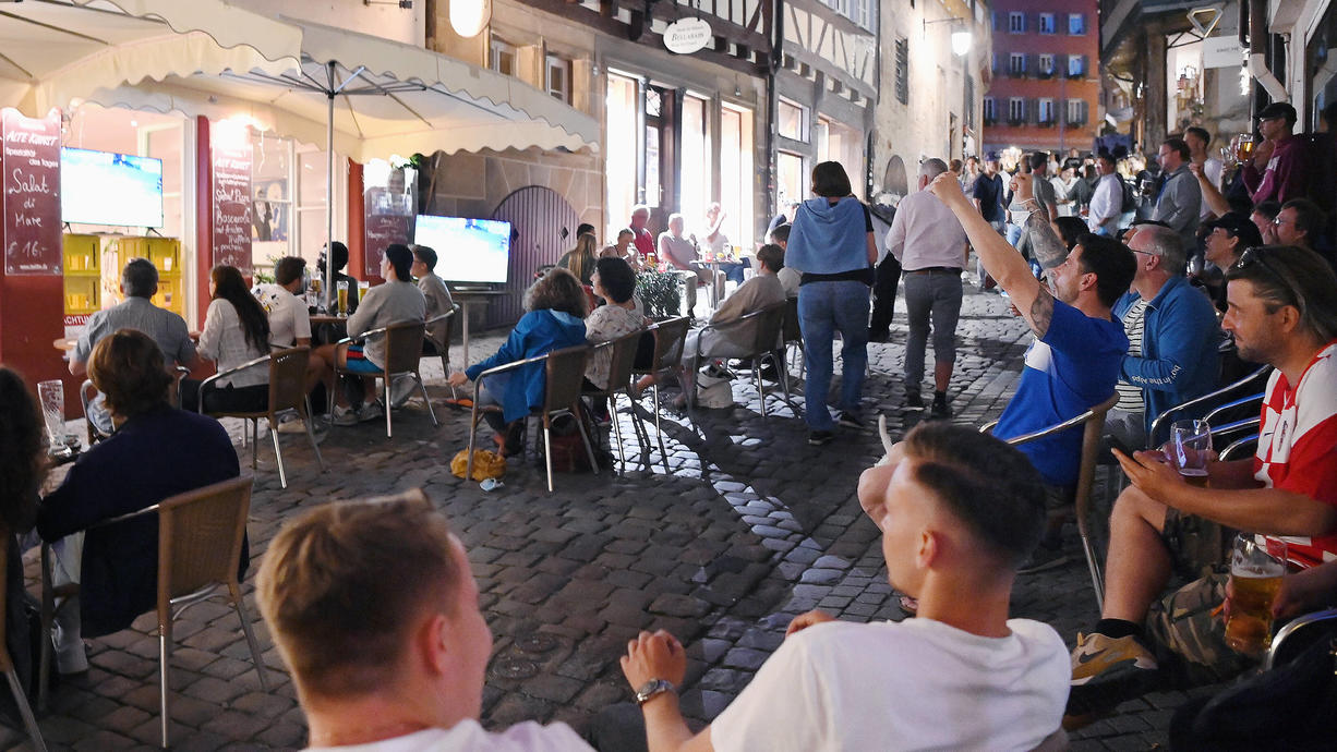 Kommt ein neues Sommermärchen? Beim ersten Spiel der Deutschen gegen den Weltmeister aus Frankreich spielt das Wetter schon mal mit. Draußengucken wird überall möglich sein, allein die Temperaturen werden unterschiedlich sein. Hier die Prognose.