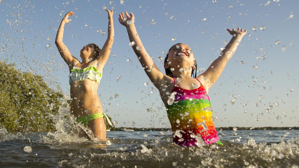 Lange haben wir auf den Sommer gewartet und uns nach mehr Wärme gesehnt. Jetzt ist beides da, und was wollen wir? Abkühlung! Wo ist das Bad im See, Fluss oder Meer denn angenehm?