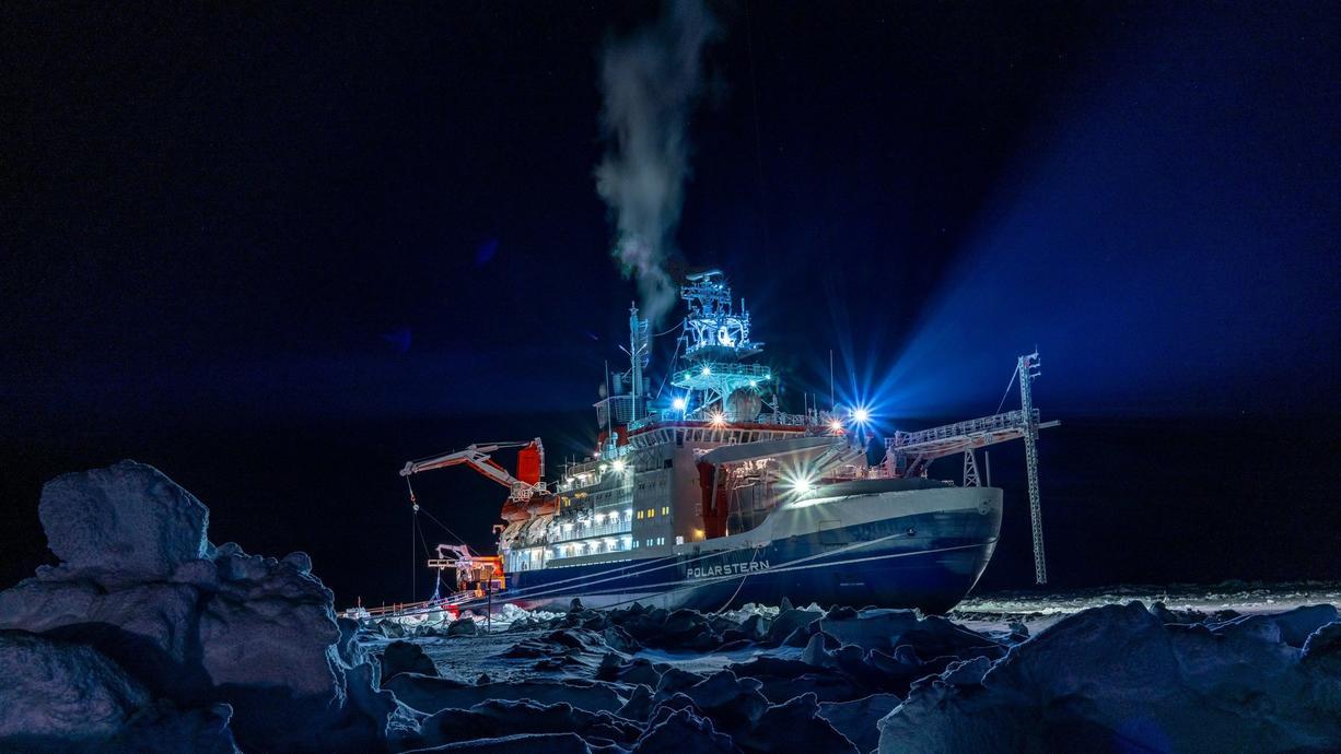 """Von 2019 bis 2020 war der Eisbrecher """"Polarstern"""" in der Arktis unterwegs. Die gesammelten Daten zeigen, wie schlecht es um das Eis am Nordpol steht."""