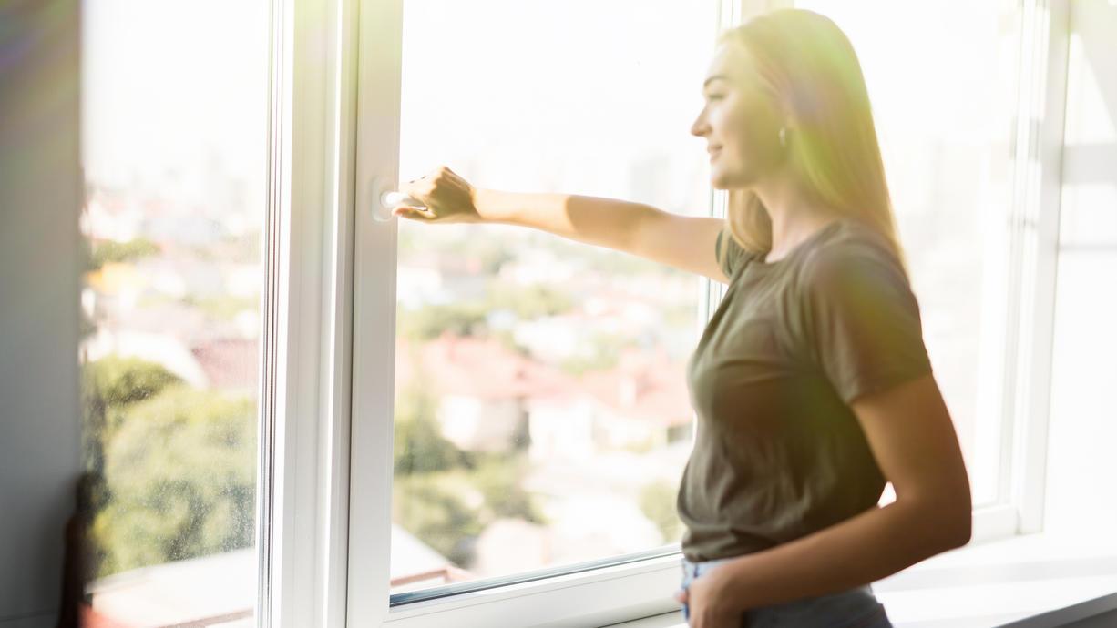 Sollte man bei großer Hitze das Fenster öffnen oder geschlossen halten?