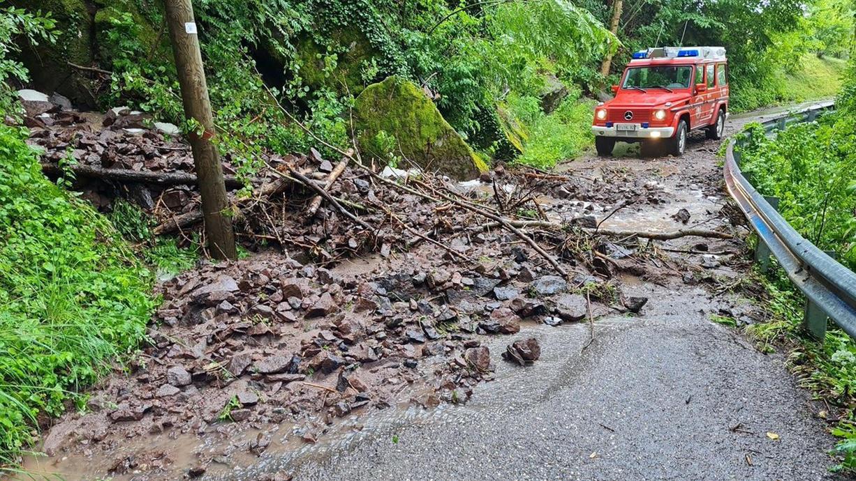 Heftige Unwetter in Italien: Eine Mure riss bei Bozen in Südtirol ein Auto mit sich, viele Straßen waren gesperrt - und das mitten im Touristengebiet in der Hochsaison.