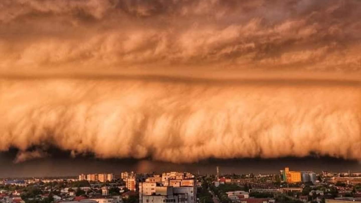 Was für eine krasse Wolke, die Antonio Balanescu da in Rumänien fotografierte und auf Facebook hochlud. In Südosteuropa gab es schwere Unwetter. Ob wir wohl so eine Wolkenformation auch bei den anstehenden Unwettern bei uns sehen werden?