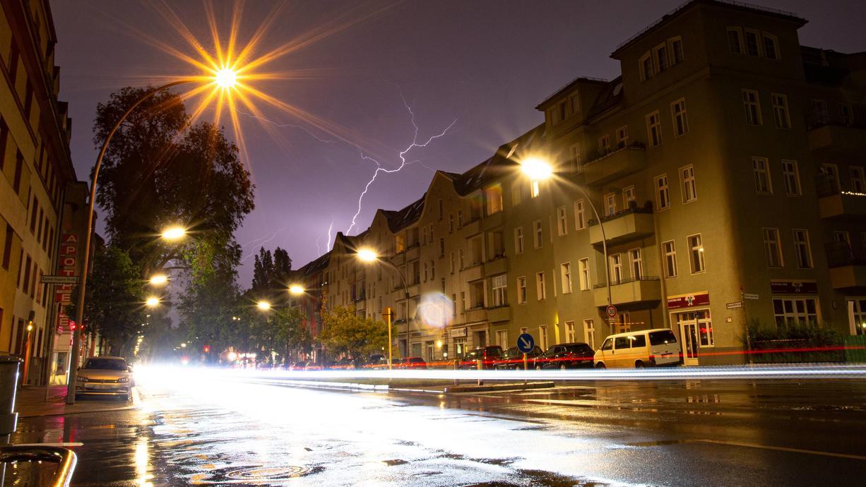 Das Wochenende wird nicht lustig: In der Nacht kommen Orkanböen, großer Hagel und starker Regen. Dazu ist es wahnsinnig schwül. Das heißt, örtlich kann es schon im Tagesverlauf überall krachen. Ziemlich extrem.