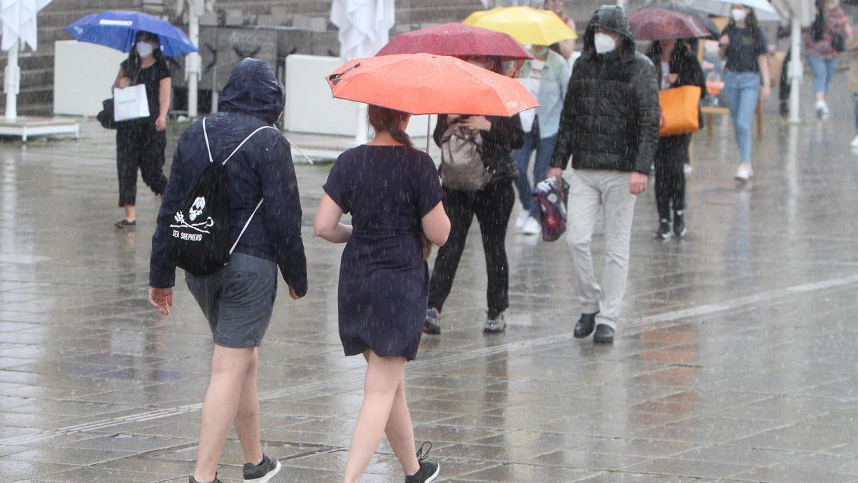 Am Montag beginnt offiziell der Sommer. Dazu wird es auch recht warm, aber Schauer und Gewitter werden die kommende Woche bestimmen. Sicher sein vor den fiesen Schauern ist man eigentlich fast nirgends.