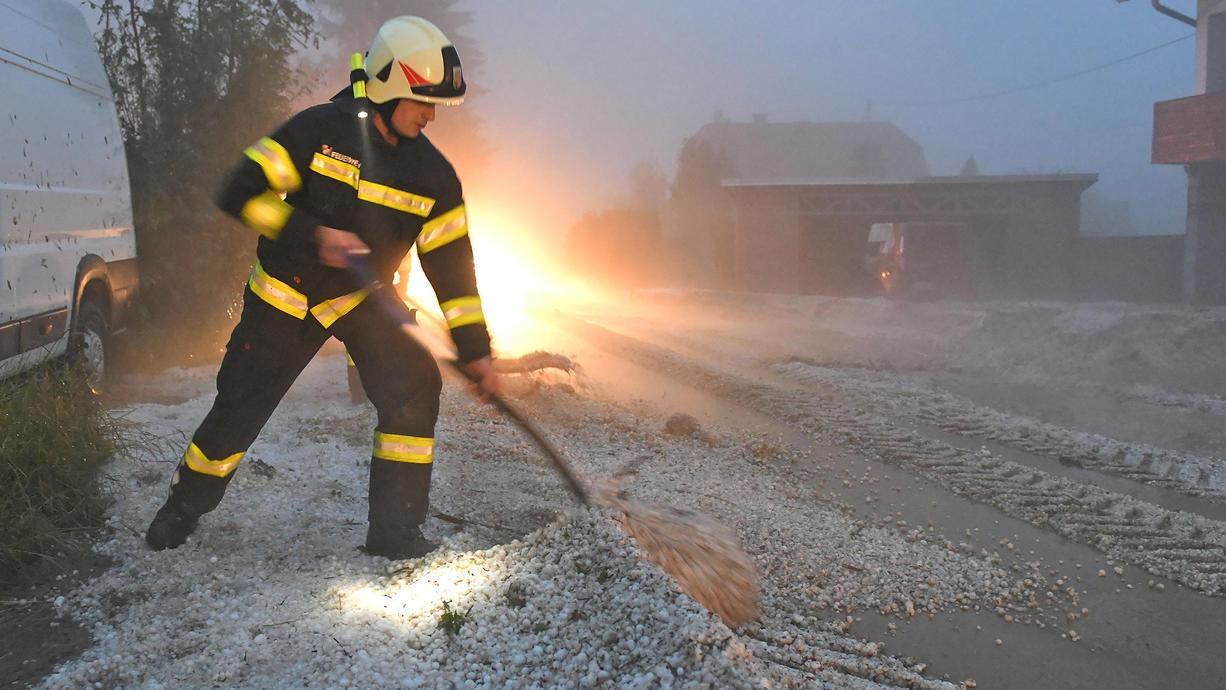In Österreich haben Unwetter mit gewaltigen Hagelkörnern zahlreiche Gebäude und Autos beschädigt. In der Landwirtschaft sei binnen 24 Stunden ein Rekordschaden von 22 Millionen Euro entstanden, wie ein Versicherungssprecher erklärte.