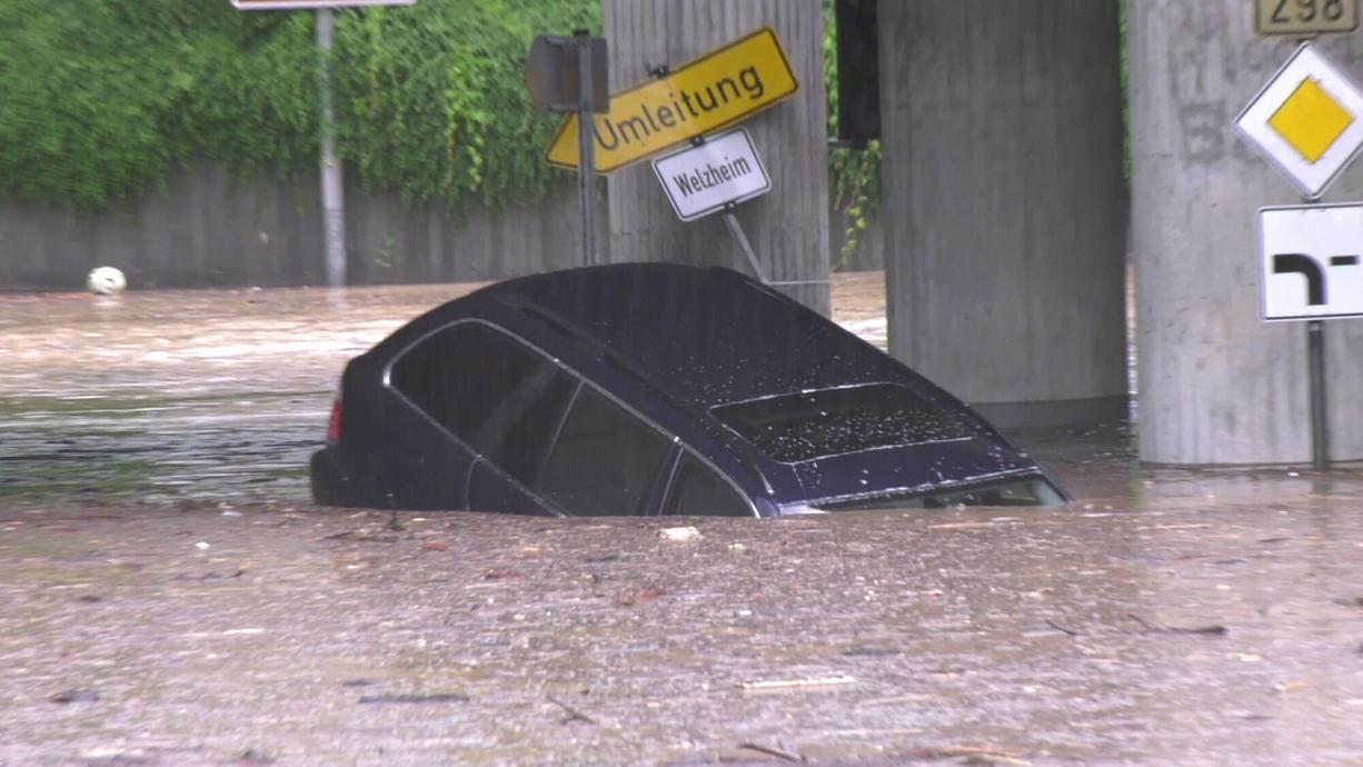 In Süddeutschland hieß es auch am Mittwochabend wieder: Keller voll und Straßen überflutet. Besonders betroffen: Das EM-Spiel der Deutschen in München und das Impfzentrum von Tübingen. Das lief voll und musste gesperrt werden.