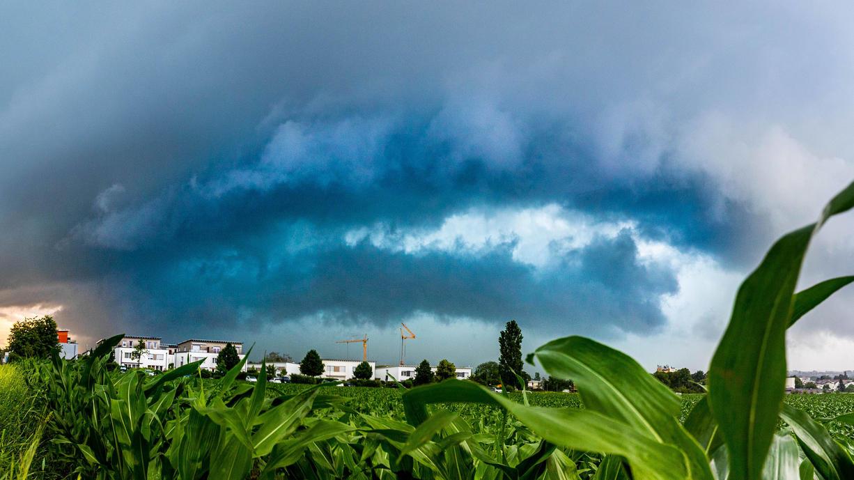 Keine Atempause für den Süden Deutschlands. Bis in die Nacht zu Freitag hinein sind erneut lokal schwere Gewitter vorhergesagt. Starkregen, Hagel, schwere Sturmböen – alles das kann wieder zu großen Schäden zu führen. Es geht schon wieder los.