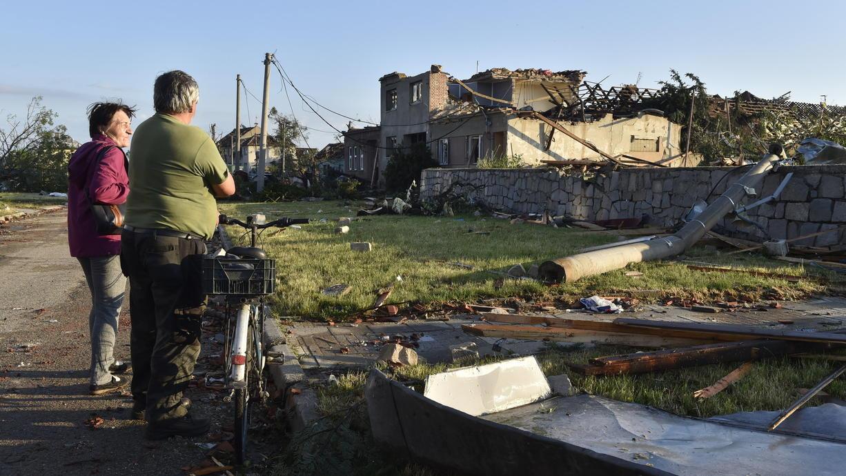 Ein Tornado hat am Donnerstag im Südosten Tschechiens eine Spur der Verwüstung hinterlassen. Nach einer ersten Schätzung der Feuerwehr könnte es bis zu 150 Verletzte geben. In Medienberichten war außerdem von fünf Todesopfern die Rede.