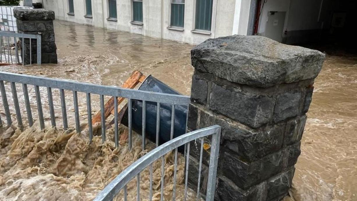 Überflutete Straßen, vollgelaufene Keller: In einigen Teilen Süd- und Ostdeutschlands sowie in Nordrhein-Westfalen kam es durch heftige Regenfälle zu Überschwemmungen. Wie sollten sich Betroffene verhalten?