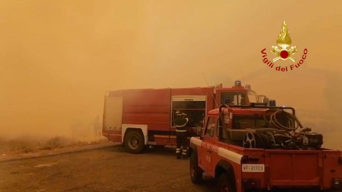 Auf Touristeninsel Sardinien brennt der Wald - Menschen verlassen ihre Häuser