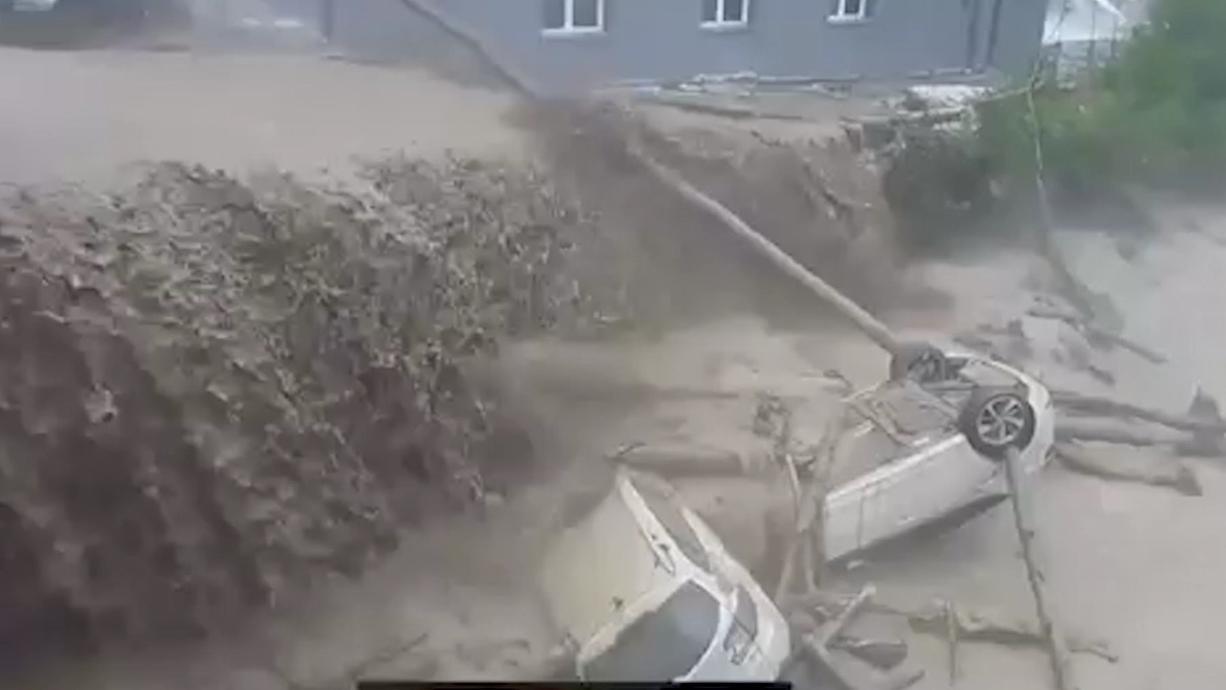 Teilweise erinnern die Bilder an die Hochwasserkatastrophe in Westdeutschland: In der Schweiz und in Österreich haben am Sonntag Unwetter schwere Schäden angerichtet.