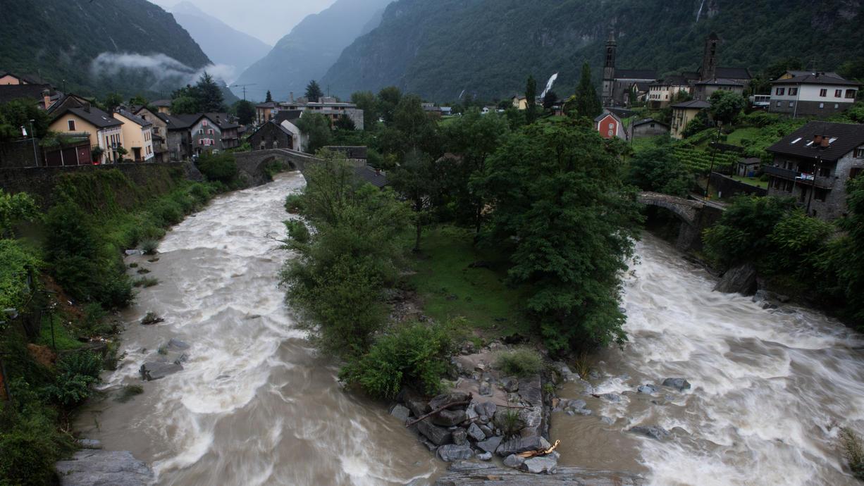 Im Süden der Schweiz schüttet es seit Tagen ohne Ende. Überflutungen, Muren, Erdrutsche - das komplette alpine Unwetter-Programm hinterlässt jetzt seine zerstörerischen Spuren.