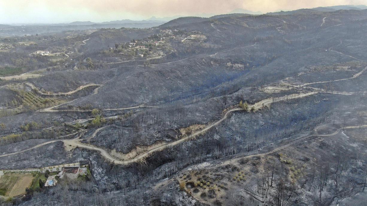 Waldbrände wüten an der türkischen Mittelmeerküste und in einigen weiteren Regionen: Bei dem Feuer in der Region Antalya seien drei Menschen getötet und 122 verletzt worden, berichtet die staatliche Nachrichtenagentur Anadolu.