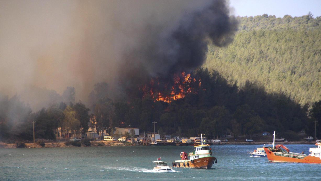 Waldbrände wüten an der türkischen Mittelmeerküste und in einigen weiteren Regionen: Bei dem Feuer in der Region Antalya sind drei Menschen getötet und 183 verletzt worden, berichtet die staatliche Nachrichtenagentur Anadolu.